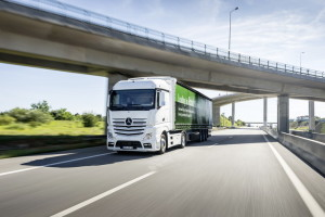 Leading in Road Efficiency, Driving Experience Portugal 2017. Technische Daten: Mercedes-Benz Actros 1845 LS 4x2 mit Fuel Efficiency Package 2, Exterieur, diamantweiß metallic, neueste Generation OM 471 Euro VI mit 330 kW (449 PS), 12,8 L Hubraum, 12-Gang Mercedes PowerShift 3 Leading in Road Efficiency, Driving Experience Portugal 2017. Technical Data: Mercedes-Benz Actros 1845 LS 4x2 with Fuel Efficiency Package 2, Exterior, diamond white metallic, latest generation OM 471 Euro VI rated at 330 kW/449 hp, displacement 12.8 l, 12-speed Mercedes PowerShift 3 transmission.
