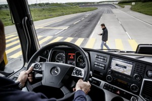 Mercedes-Benz; Active Brake Assist 4; Teilbremsung auf Fußgänger; 